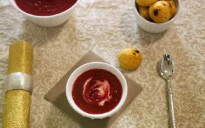 vegane Randensuppe mit Tomatenbrötchen