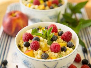 veganer Sommersalat mit Hirse und Früchten